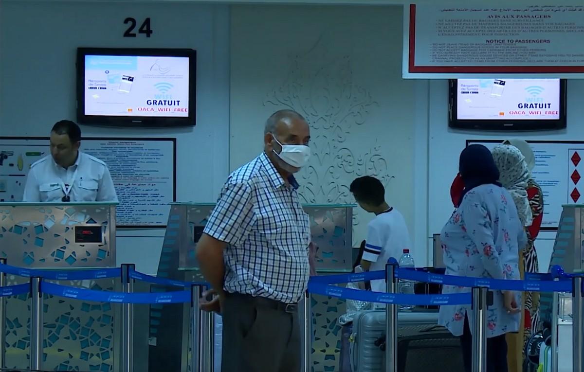 مطار تونس  قرطاج  الدولي :  تعقيم  حقائب المسافرين قبل  عرضها  على  السكانير