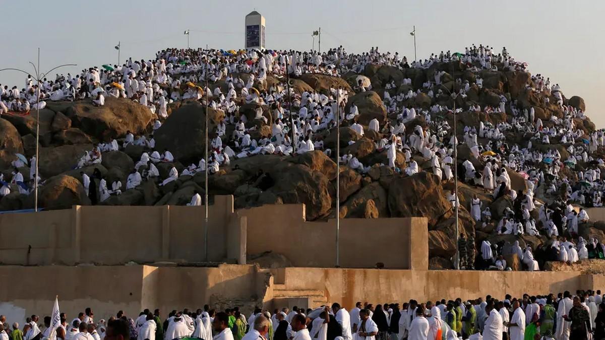 آلاف الحجاج يصعدون إلى عرفات لأداء الركن الأعظم