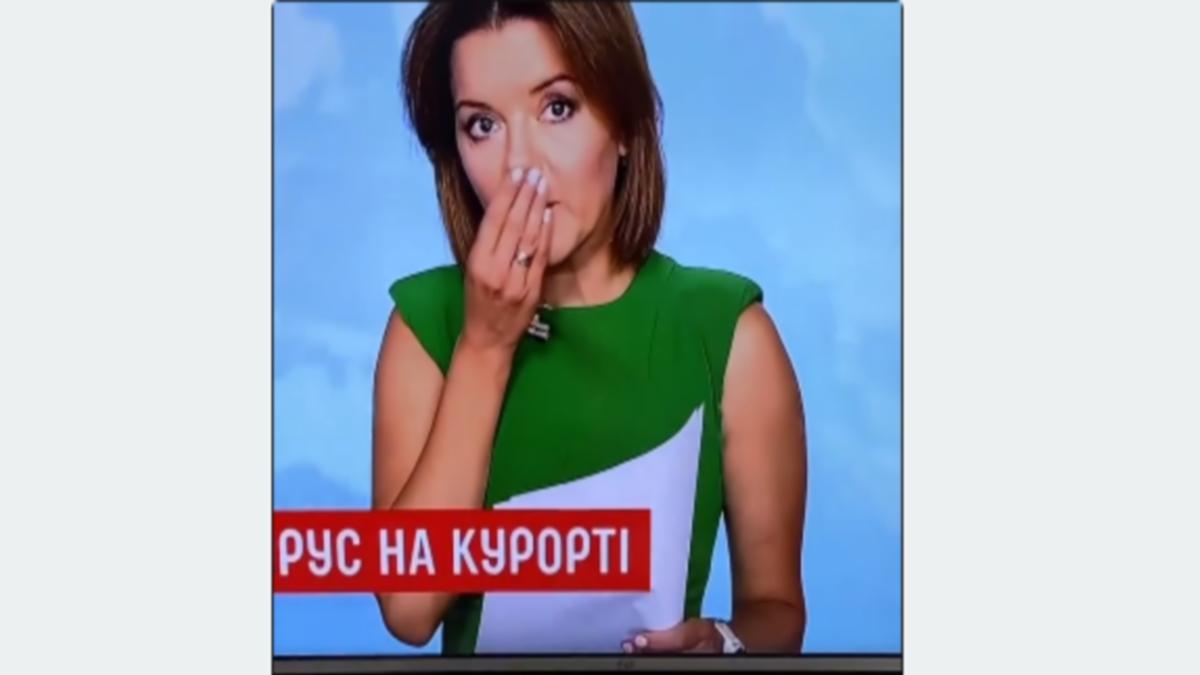مذيعة أوكرانية تتعرض لموقف محرج على الهواء مباشرة