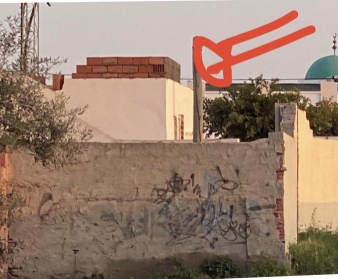 صفاقس عون متقاعد من بلدية قرمدة يخرق القانون ببناء فوضوي أضرّ بالأجوار