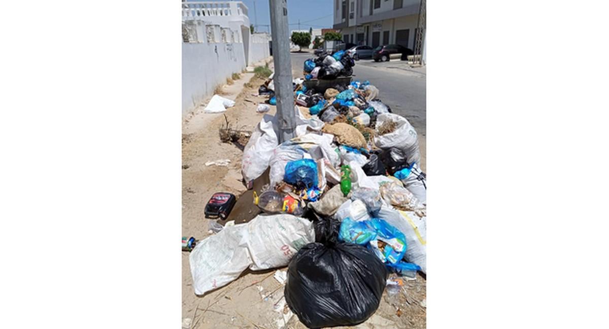 صفاقس فضلات  منزلية  وجلود الاضاحي أمام جامع مركز دمّق فأين  البلدية؟
