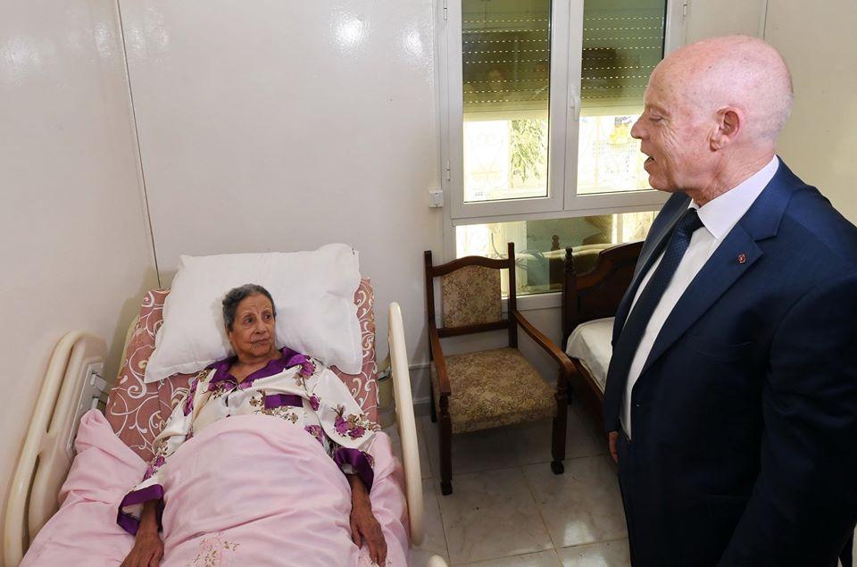 قيس سعيد يؤدي زيارة إلى الفنانة الممثلة القديرة دلندة عبدو في بيتها