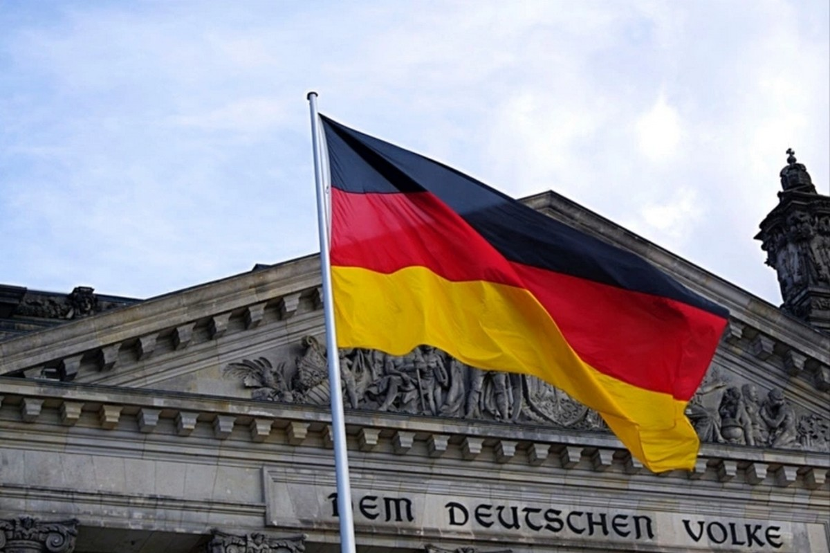 ألمانيا تتجه لتمديد العزل العام شهرا لاحتواء موجة ثانية من كورونا