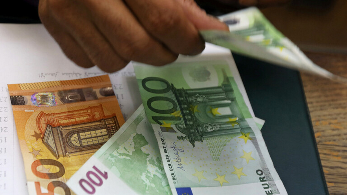 رجل أعمال أوروبي يلقي آلاف اليوروهات المزيفة على عمال في دبي