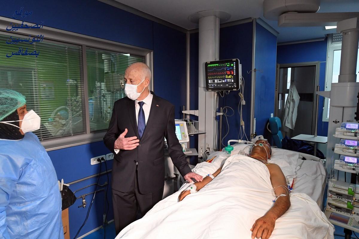 قيس سعيد يزور جريحي الحرس الوطني في المستشفى العسكري