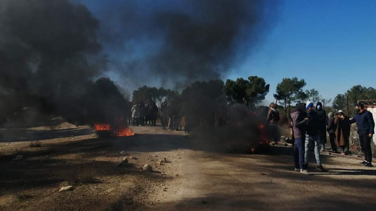 القصرين :محتجون يضرمون  النار  في  محيط حقل  الدولاب البترولي