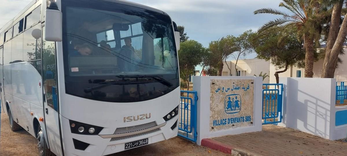 قرية  اطفال س و س محرس  تتسلم  حافلة هدية من سفارة اليابان في تونس