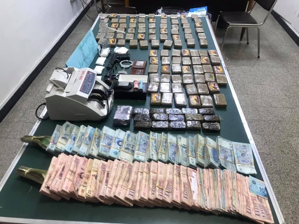 العاصمة: حجز 126 صفيحة زطلة وأسلحة ناريّة لدى عصابة ترويج مخدرات