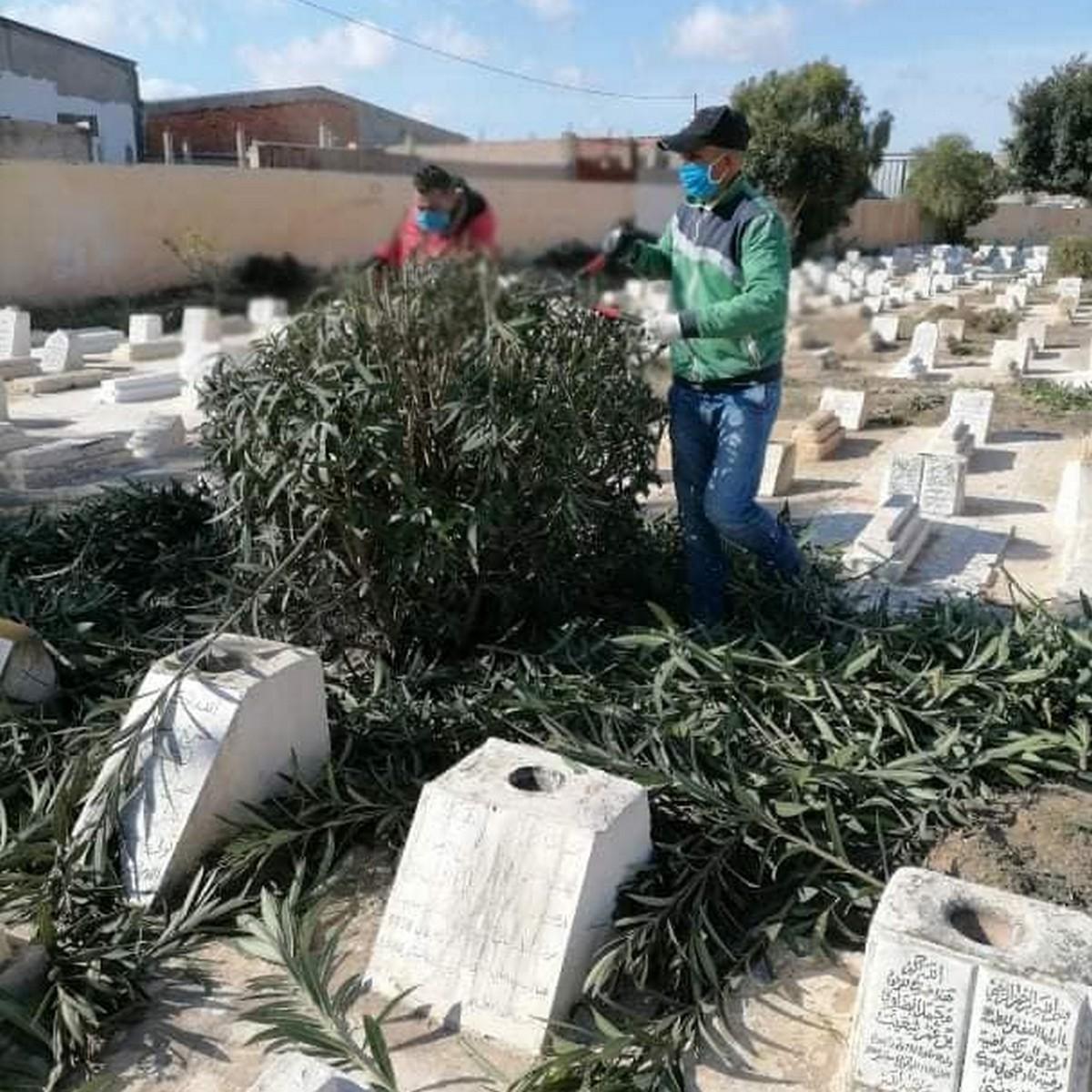 بلدية قرمدة تقوم بحملة نظافة للمقابر تحضيرا لاخر  رمضان
