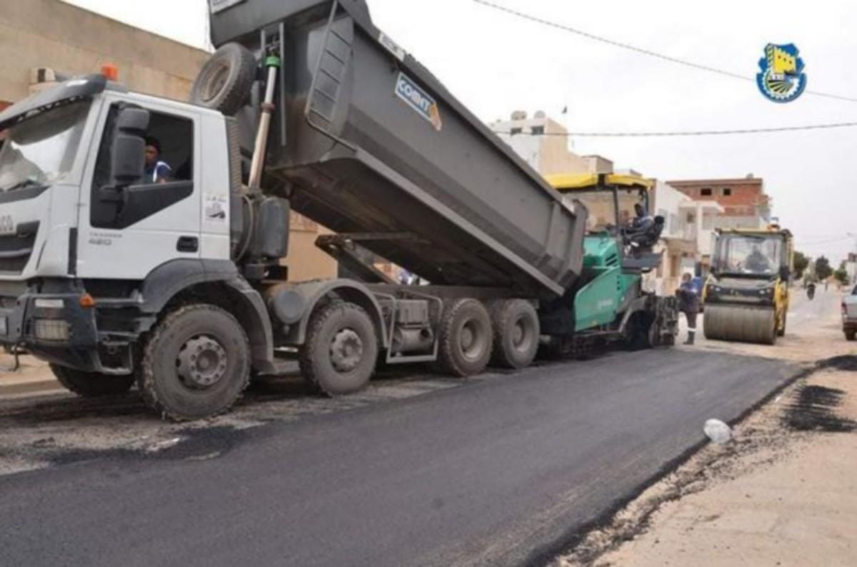 بلدية صفاقس تواصل  تعبيد الطرق