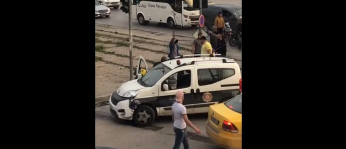 عون أمن يشهر مسدسه في وجه المواطنين ويهددهم بتونس العاصمة