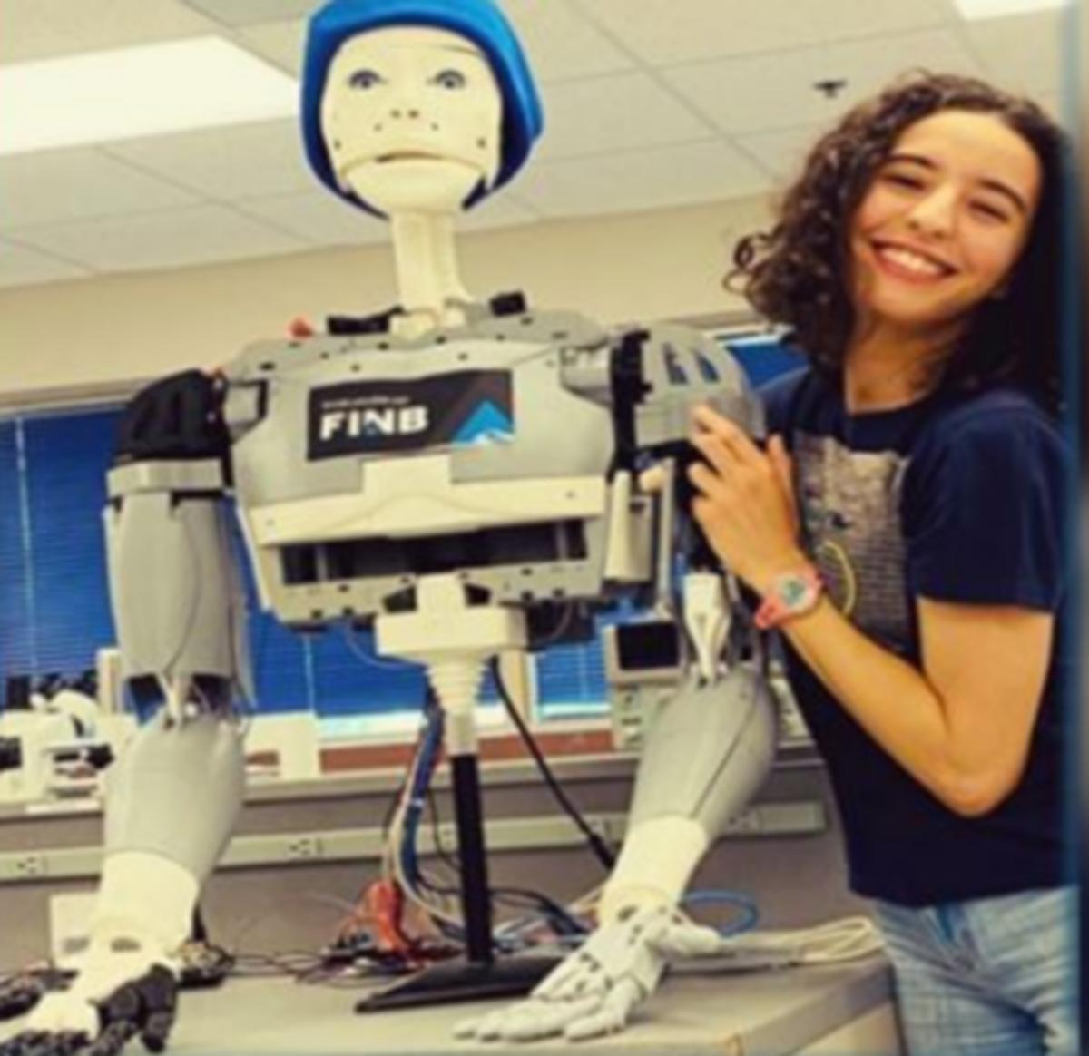 آية العفاس  تنجح في تصنيع روبوت مخصّص لمساعدة كبار السن