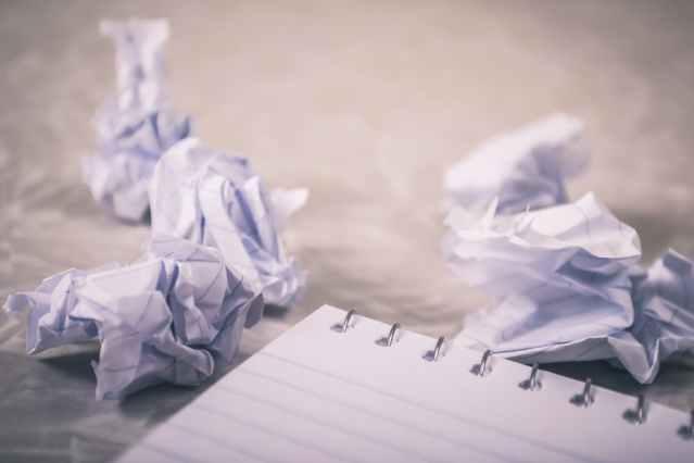 أستاذة تقوم  بتمزيق عدد من صفحات مشروع تخرّج طالبة