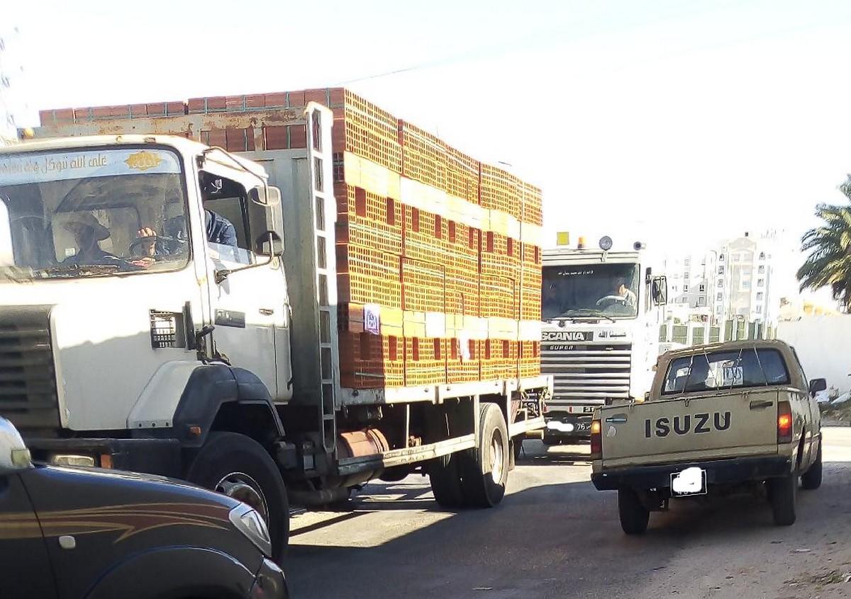 صفاقس : وتتواصل عربدة أصحاب شاحنات نقل  الآجر أمام  صمت السلطات
