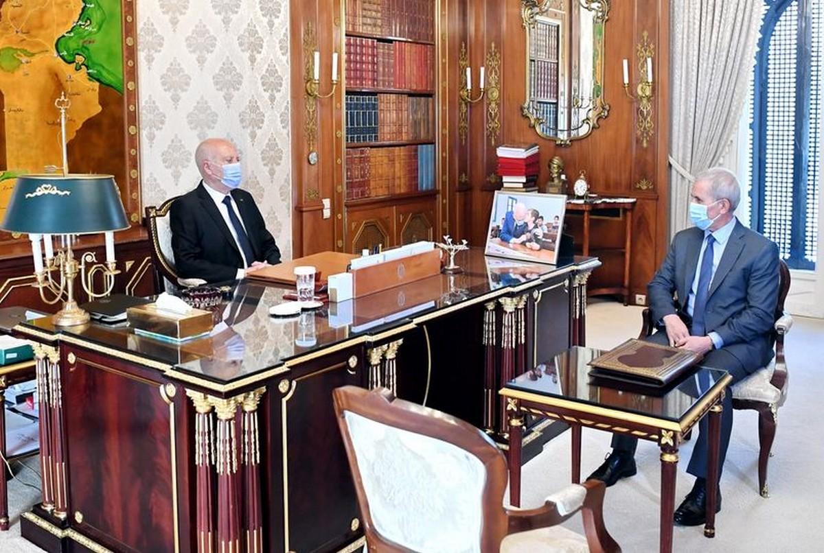 قيس  سعيّد يلتقي  وزير  الدفاع الوطني