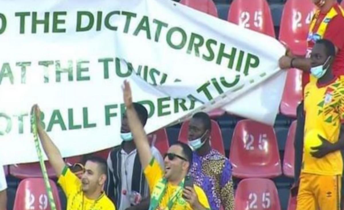 جماهير تونسية ترفع لافتة مناصرة لهلال الشابة في نهائي الكاف
