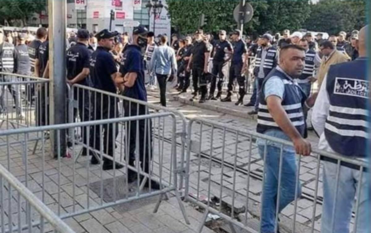 محتجون يرشقون رجال  الامن بالقوارير في شارع الحبيب بورقيبة