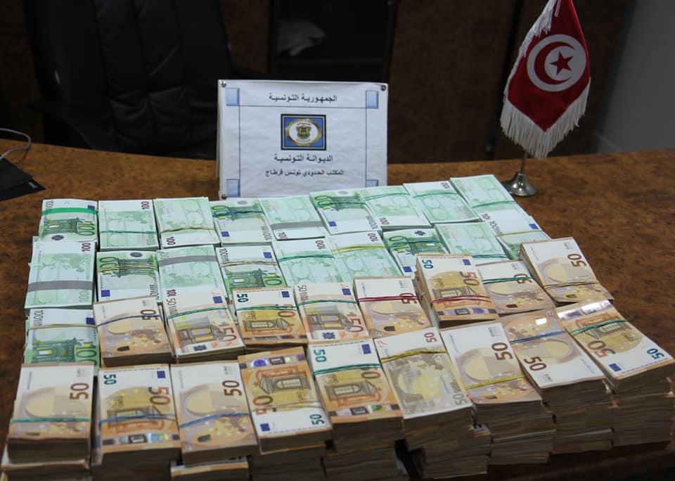 حجز مبلغ من العملة الاجنبية بقيمة 4.9مليون دينار بمطار تونس قرطاج